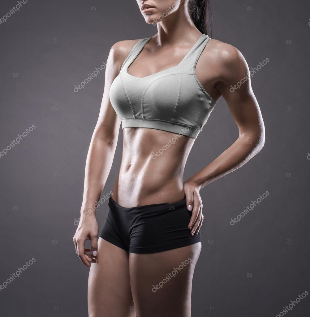 Sportliche junge Frau beim Fitnesstraining