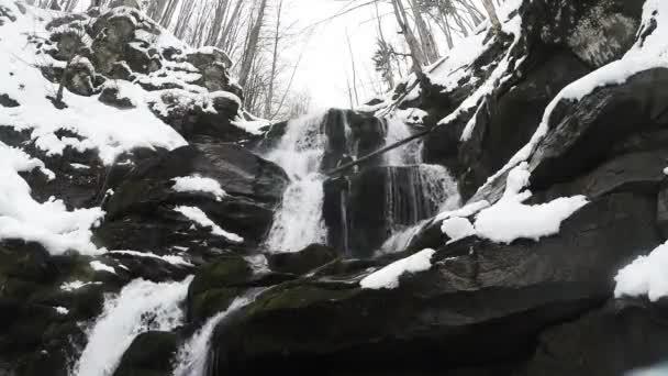 horské lesy a vodopády ve sněhu