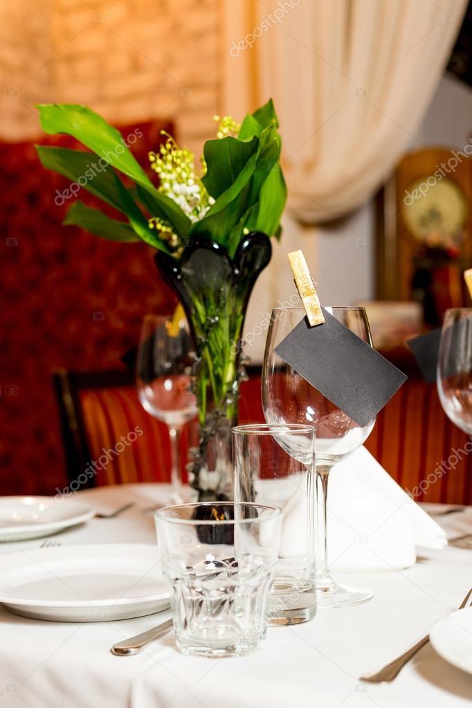 Tischdekoration Geburtstag Gaste Mit Frischen Blumen In Schwarz Und
