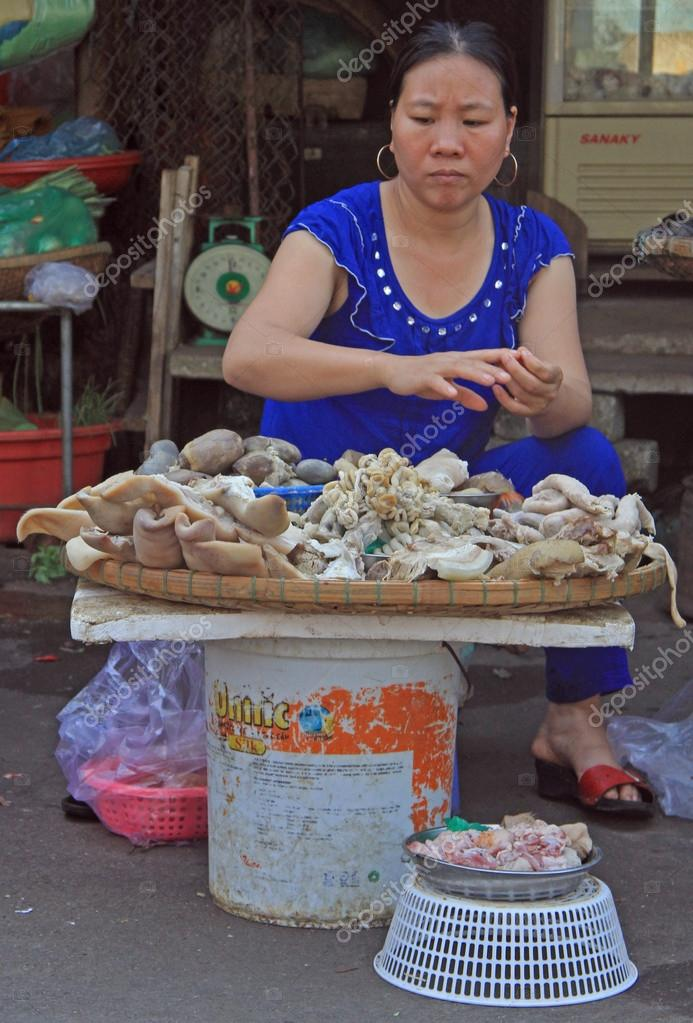 mujer es la venta de mariscos en el mercado de la calle en Hue ... 123e8adc1b9