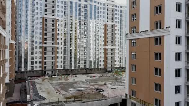 Magas emeleti lakóépület. A videó quadrocopterrel készült. légi rálátás. Kényelmes városi épületek. Modern lakóépületek.