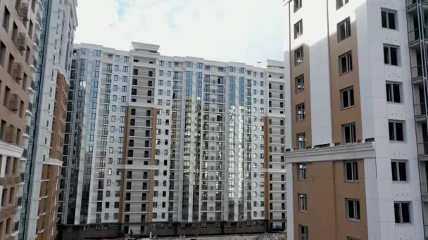 Vysoká obytná budova. Video z kvadrokoptéry. letecký pohled. Budovy města Comfort. Moderní bytové domy.