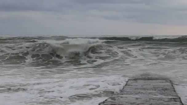 Vlnách Černého moře během bouře narazilo vlnolam. Soči