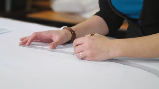 Maßgeschneiderte Vorbereitung Muster zu nähen — Stockvideo © spocktv ...