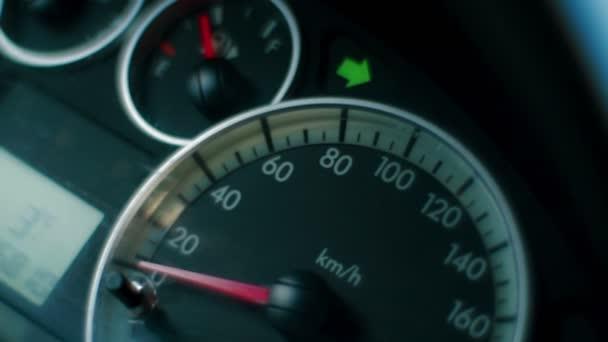 Monitory na řídicím panelu zobrazit při řízení auta