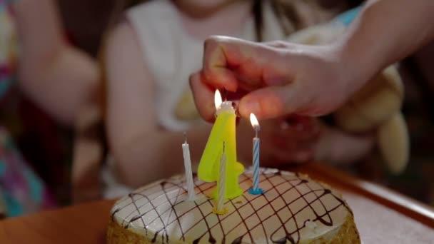 Születésnapi torta és a gyertyákat születésnapi buli