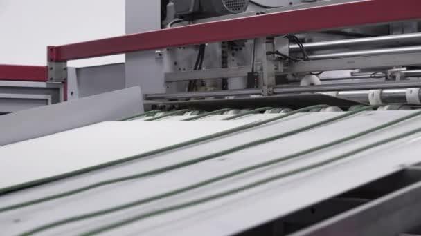 Podnik pro výrobu lepenkových kontejnerů. Kartonová výroba vrstvených válečků válcování průmyslový průmysl potisk obalový materiál detailní. Papírová továrna na vlnitou lepenku.