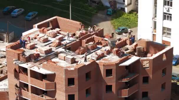 Stavební dělníci pracují na staveništi