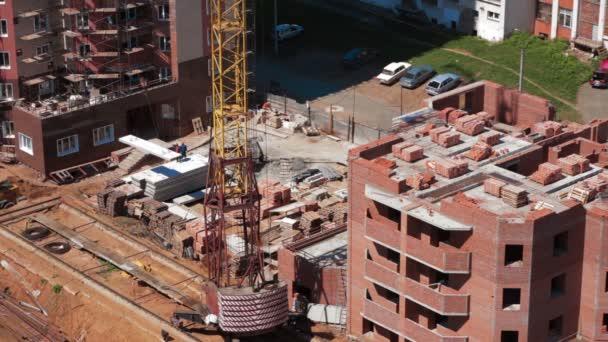 Jeřáb pracuje v místě výstavby