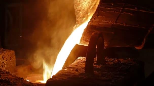 Roztavený kov se nalije do formy v továrně