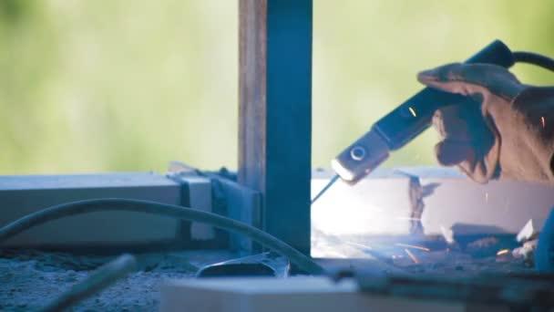 Pracovník svařování kovových paprsek staveniště