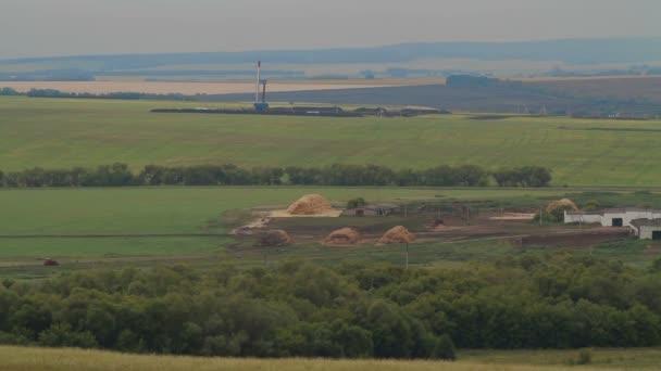 Trivellazione petrolifera nel campo