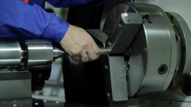 Automatický soustruh funguje metal s přesností