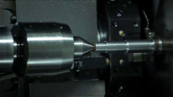 Tornio automatico funziona metallo in fabbrica
