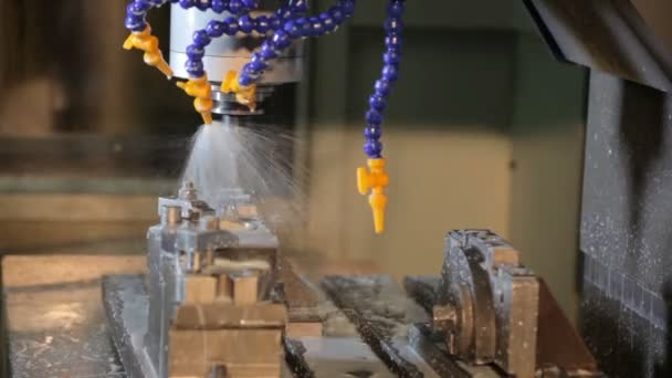 Automatické vrtací stroj v akci továrna