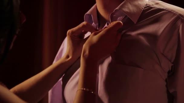 Manželka rozepínat košili manžel