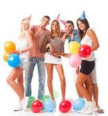 Mladí lidé na narozeninovou oslavu
