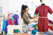 デザイナーのドレスを測定