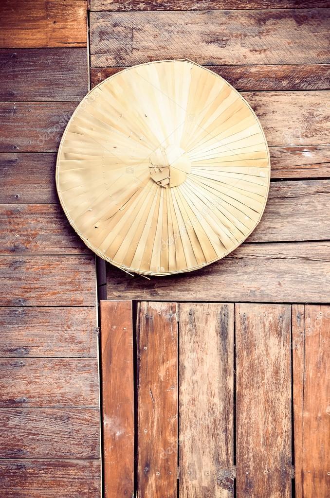 Bambus Hut Auf Alten Holzplatten Stockfoto C Vichailao 105930546