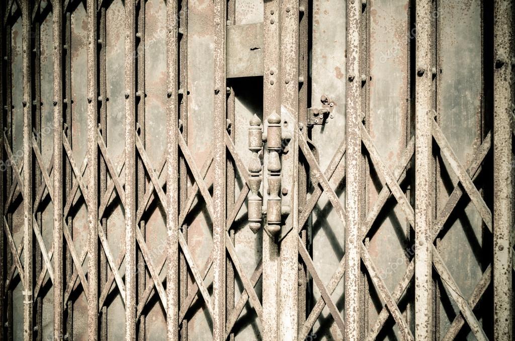 Alte Schiebetür alte rostige vorhängeschloß alte schiebetür stockfoto vichailao
