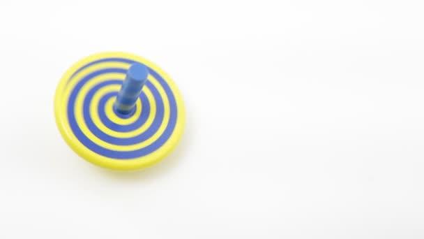 Dřevěná Káča v žluté a modré barvy