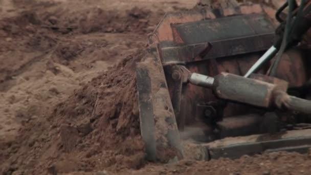Těžba a buldozer