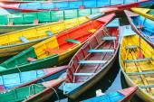 Fotografia Barche a remi sul lago a Pokhara, Nepal