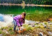 Fényképek Játszó kiskutya, a partján, a fekete-tó, Durmitor kislány