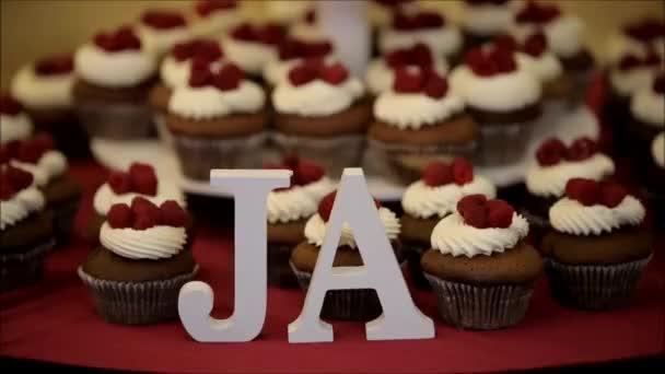 Schöne und appetitliche Cupcakes mit Sahne und frischem Obst