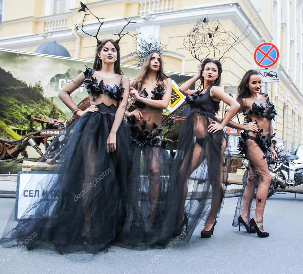 Modelos Posando Ao Ar Livre Em Vestidos Transparentes Fotografia