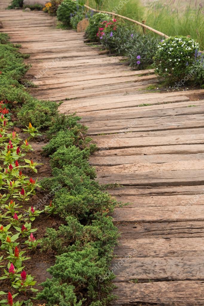 Фотообои деревянные дорожки в саду