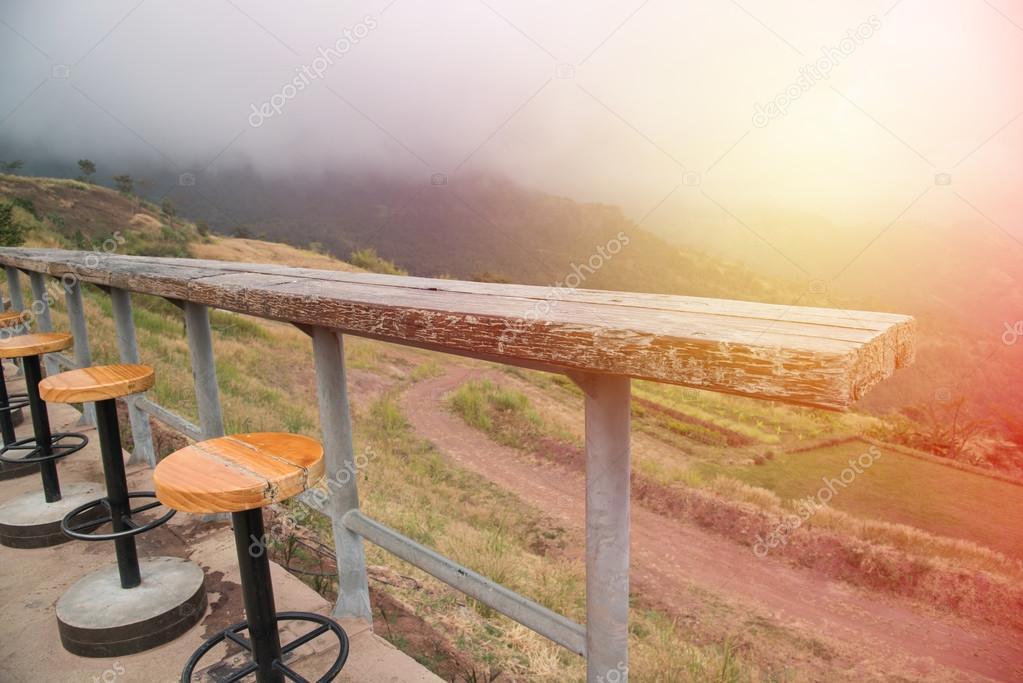 Contatore e bar sgabelli con bella naturale mounta bar da esterno