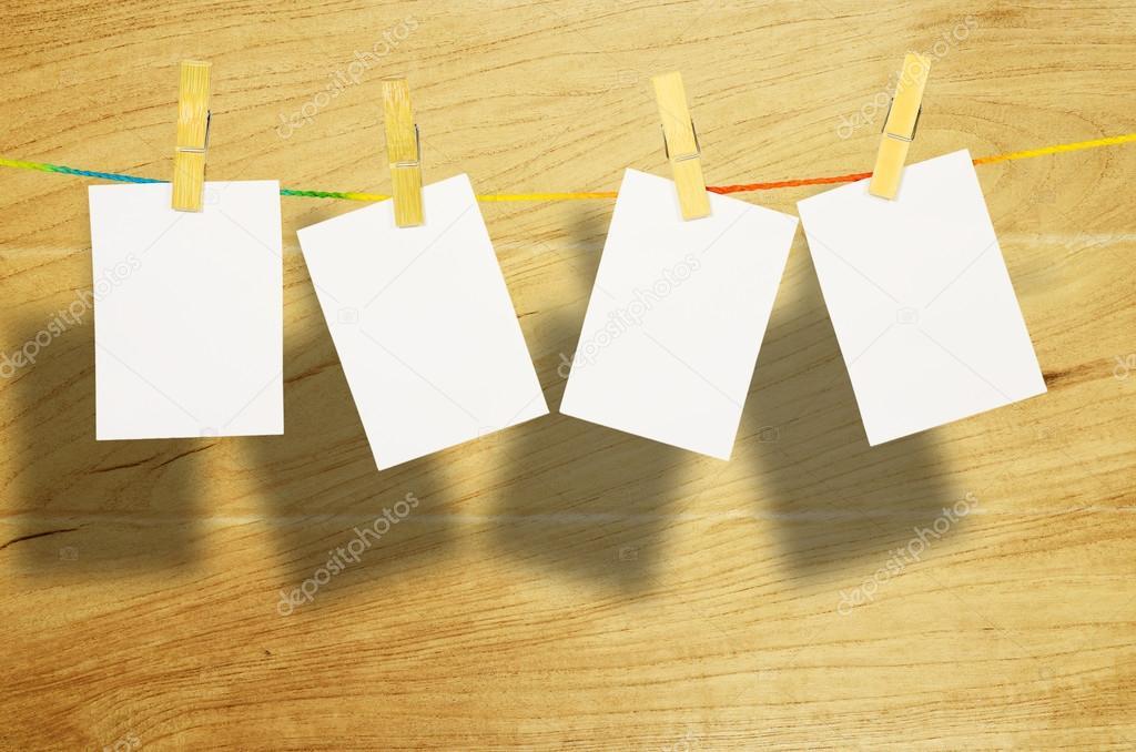 marcos de fotos blancos vacía colgada con pinzas para la ropa en el ...
