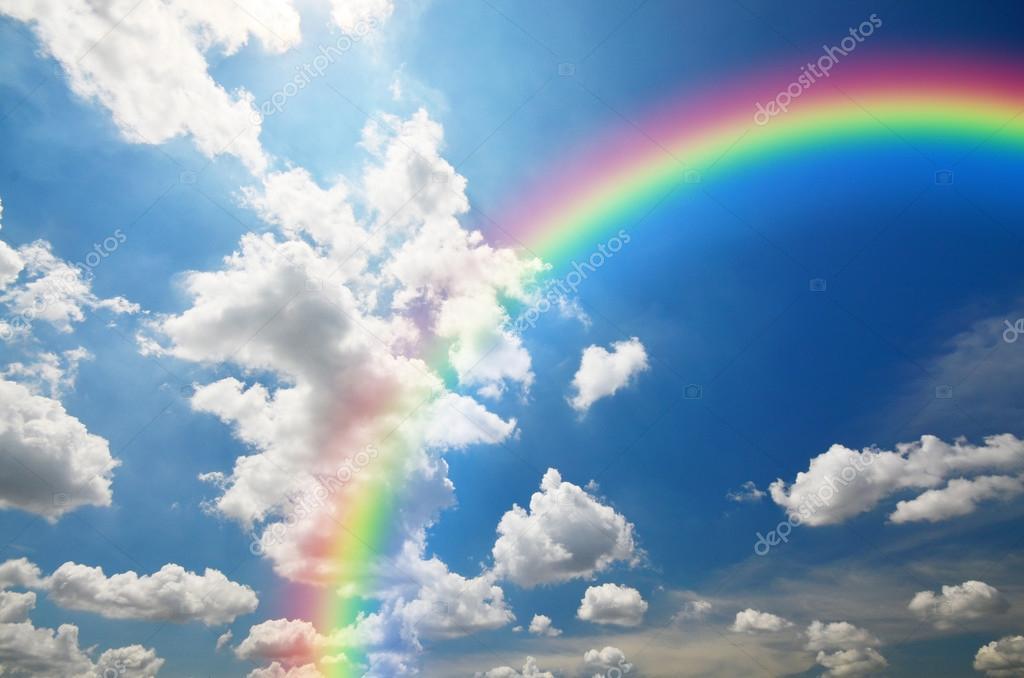 regenbogen und weiße wolken im blauen himmel hintergrund