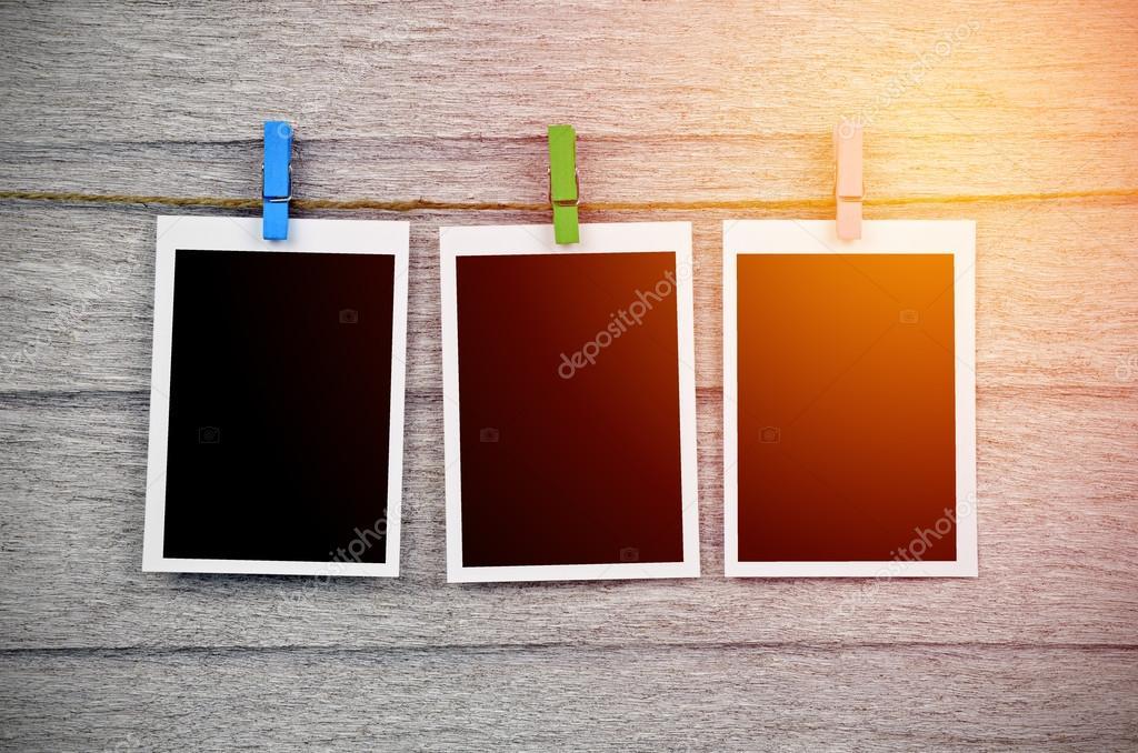 leere schwarze Bilderrahmen hängen mit Wäscheklammer auf hölzerne ...
