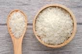 Photo uncooked rice in bowl on white wood background