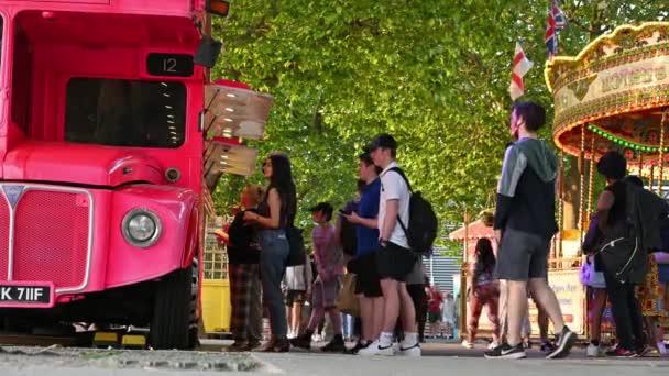 London, Großbritannien - 1. Juli 2021: Menschen stehen am Südufer Londons vor einem knallrosa Tiefkühljoghurt-Lieferwagen Schlange