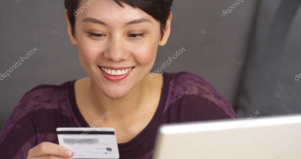 huge selection of 397c5 31214 Glücklich chinesische Frau, die Sachen online kaufen ...