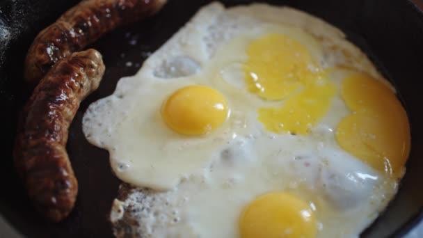 A reggeli, a tojás és a kolbász