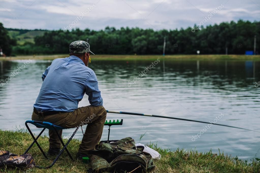 L homme attrape des poissons avec une canne p che - Planter un noyau de peche ...