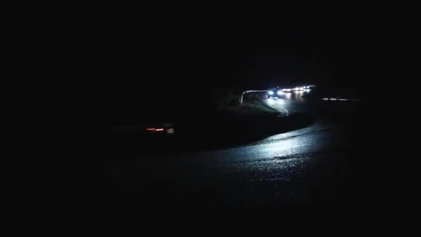 Bright auto linky v noci na silnici