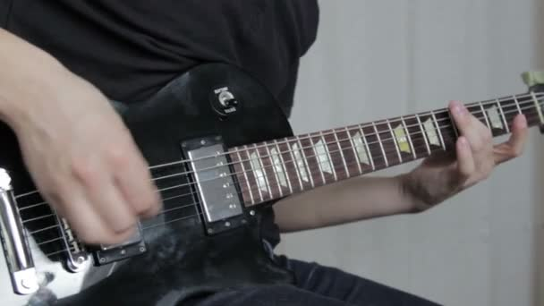 Kytarista hrát na elektrickou kytaru