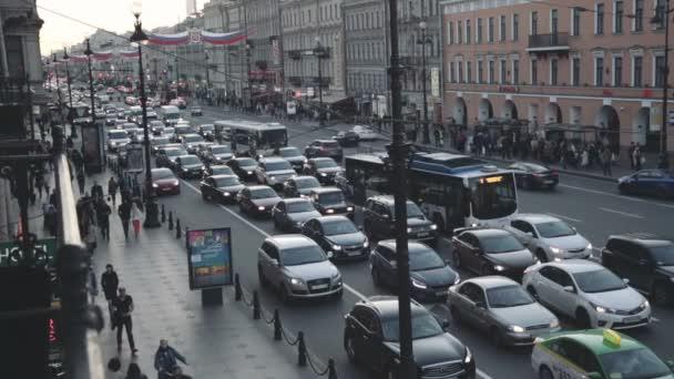 Felülnézete a street, elhaladó autók, és az emberek