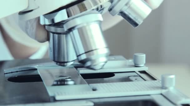 Mikroskop v laboratoři. Close-up shot