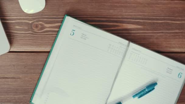 Laptop és a napló az asztalra