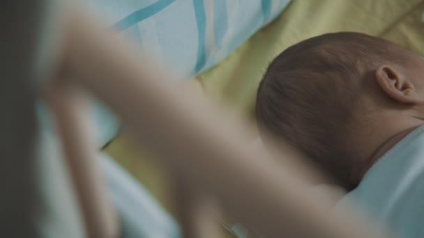 Novorozenec spí v postýlce
