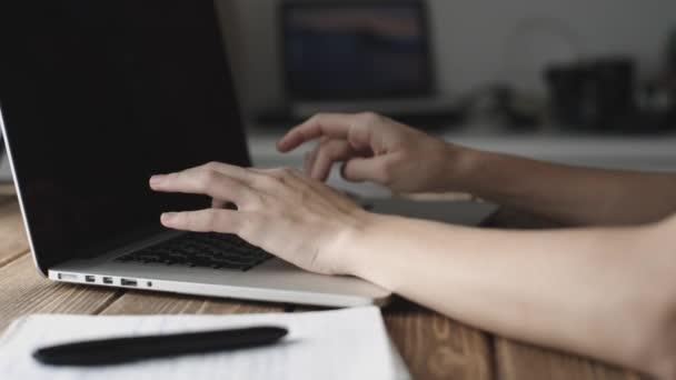Žena pracovat s notebookem na dřevěný stůl