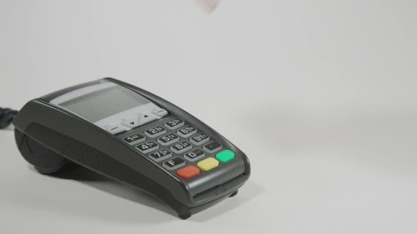 Ruka, bít kreditní kartu na terminálu Pos