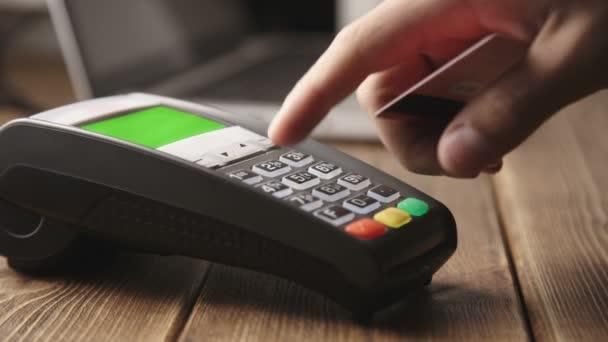 POS terminálon kézi kártyával történő hitelkártya-lopás