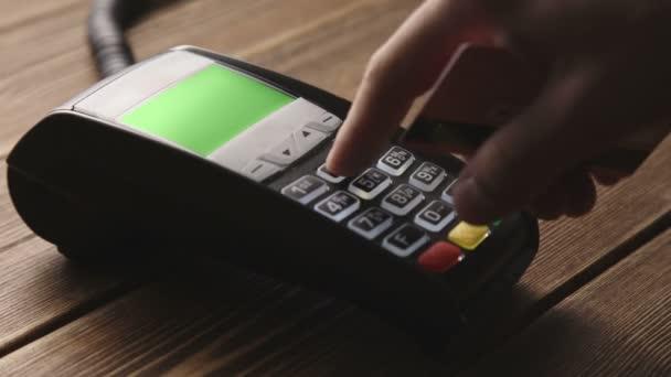 Kézi ellop a hitelkártya a Pos terminál